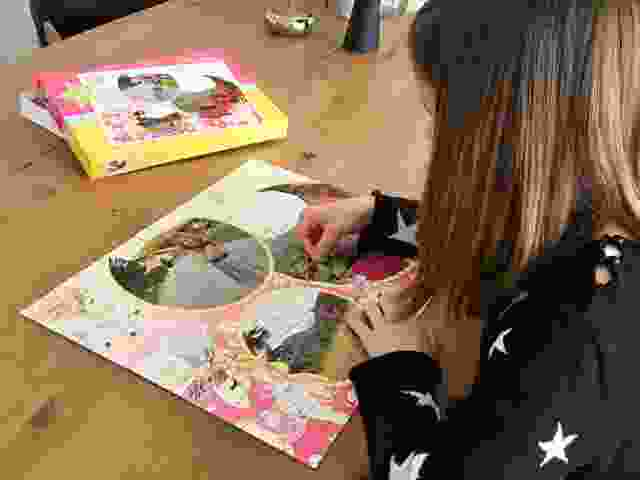 Lea puzzelt ihr persönliches Kinderpuzzle