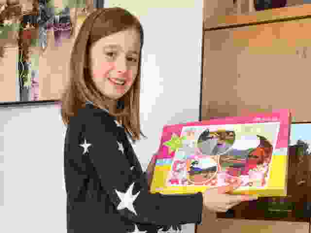 Lea freut sich über ihr persönliches Fotopuzzle