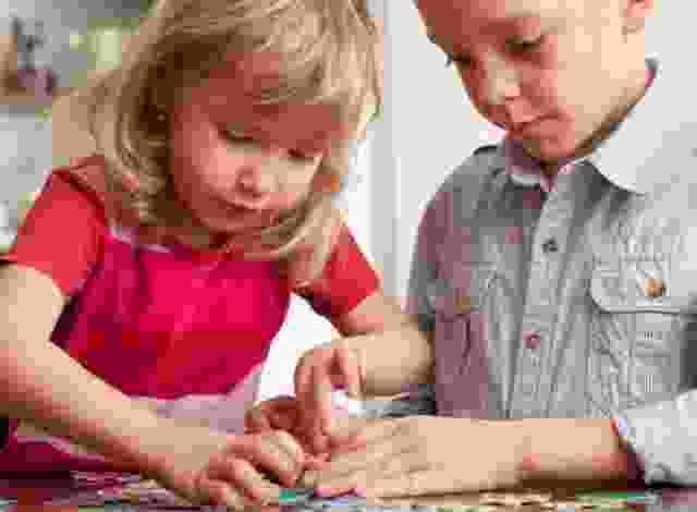 Kinder beim Puzzeln unterstützen