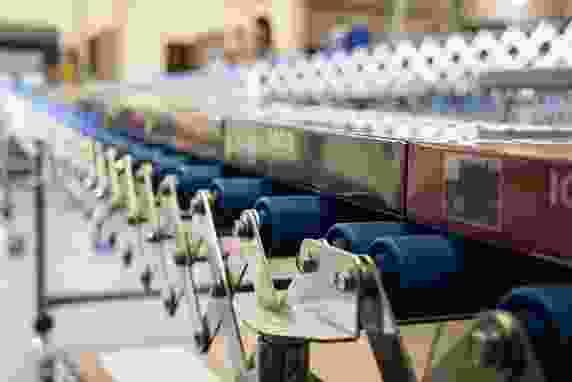 Fertige Puzzles auf Rollbahn in Versandlogistik